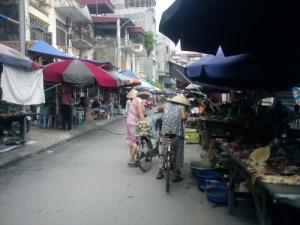 Mất vệ sinh an toàn thực phẩm tại chợ tạm, chợ cóc: Bài toán không có lời giải?