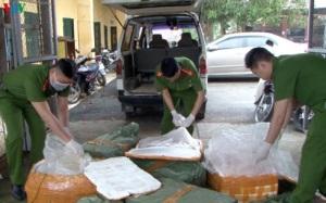 """Bắt giữ vụ vận chuyển 350 kg thực phẩm """"bẩn"""""""