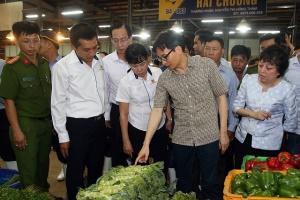 Phó Thủ tướng Vũ Đức Đam thị sát chợ đầu mối ở Thành phố Hồ Chí Minh