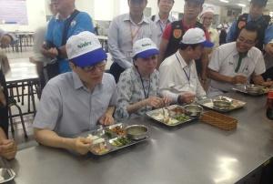 Phó Thủ tướng Vũ Đức Đam xếp hàng, ăn cơm trưa cùng công nhân