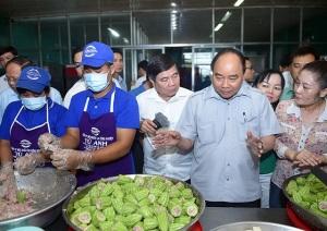 """Thủ tướng kiểm tra suất ăn công nghiệp, quán phở """"bình dân"""" ở TPHCM"""