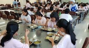 Kiểm tra đột xuất bếp ăn tập thể của các công ty
