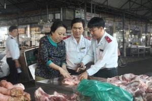 Hám lợi, tiểu thương chặt chân heo lở mồm long móng, đưa thịt ra chợ bán