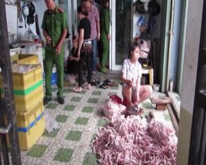 Bắt quả tang cơ sở chế biến 60 kg chân gà bốc mùi hôi thối