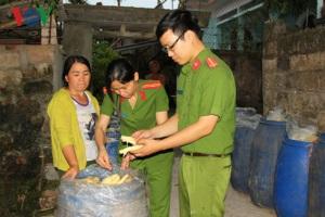Phát hiện hơn 1 tạ măng tươi chứa trong thùng phuy hóa chất